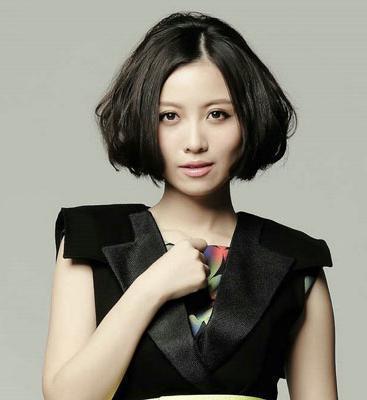 因演唱电视剧《后宫甄嬛传》主题曲《红颜劫》而被熟知,又因参加《
