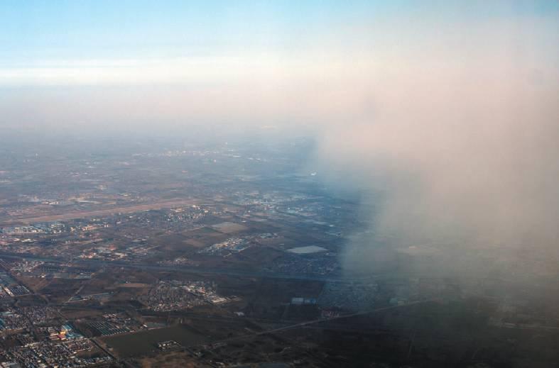 盼望着,盼望着,终于,风来了,近10天的雾霾天结束了。在这美好的冬日蓝天下,尽情地享受呼吸吧。   昨日15 时11   分,北京通州上空,记者从机舱往外看, 飞机穿过雾霾和蓝天的边界 。当日,随着冷空气的到来,北京的空气指数自北向南逐渐转好,结束近十天的雾霾天气。今起3天空气质量良好,适合开窗通风。最新预报显示,近期无连续重污染天气,适合户外活动。新京报记者浦峰摄   在经历了一周的重雾霾天气后,昨天到达京城的一大波冷空气,终于清除雾霾,迎来蓝天。   享受奔跑的青年、自由翱翔的鸟儿、穿云而过的飞机