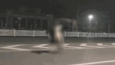 南宁女大学生裸奔 网友:其父母看到视频该多伤心
