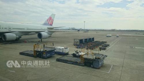 ci721因机身蒙皮刮伤,约300名旅客因更换飞机受