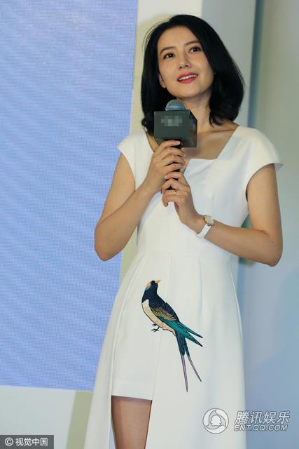 高圆圆穿白裙现身清新优雅捂嘴娇笑女神范十足