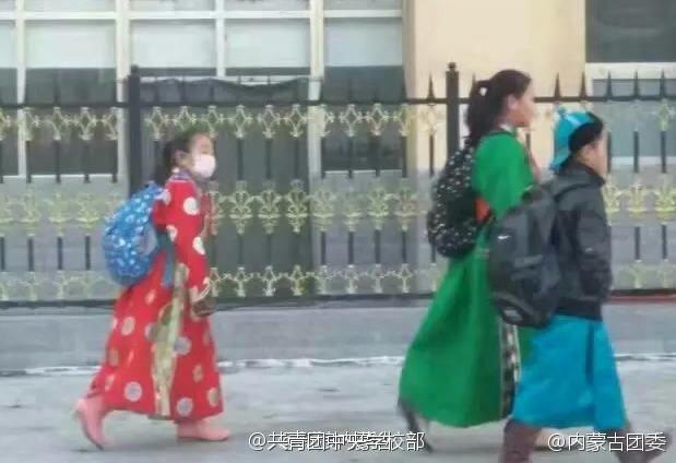 内蒙古开学日 学生穿袍子骑马上学【图】