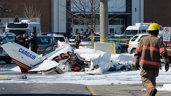 两架小型飞机相撞。记者从中国驻蒙特利尔总领馆获悉,发生在加拿大蒙特利尔以南圣布鲁诺一家购物中心附近的小型飞机相撞事故中,有1名中国公民死亡,还有1名中国公民受伤,具体姓名不便透露。    图为事发现场。   据总领馆单领事说,这两位中国公民都是男性,系国内派往当地学习飞行的学员。总领馆已经与航空学校进行了联系,正在进一步了解情况,同时为他们及其亲属提供领事协助和保护。