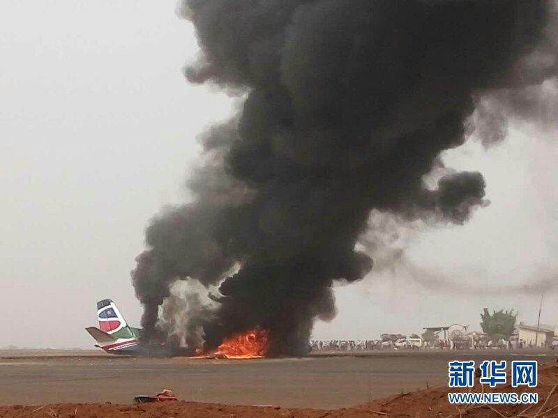 飞机南苏丹坠毁现场照片曝光:机身已被烧成灰烬|南