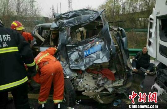 陕西西临高速两车相撞致6死3伤