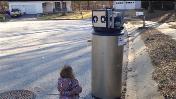 外国小萝莉把热水器当成机器人想要交朋友 拥抱告白萌翻网友