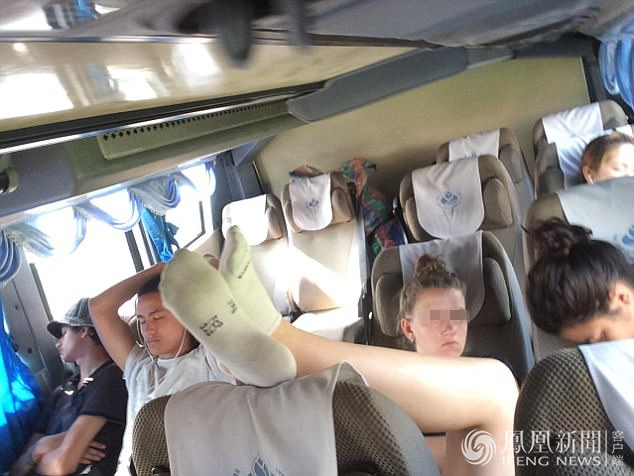 女游客在大巴上拖鞋翘脚 熏坏泰国小伙