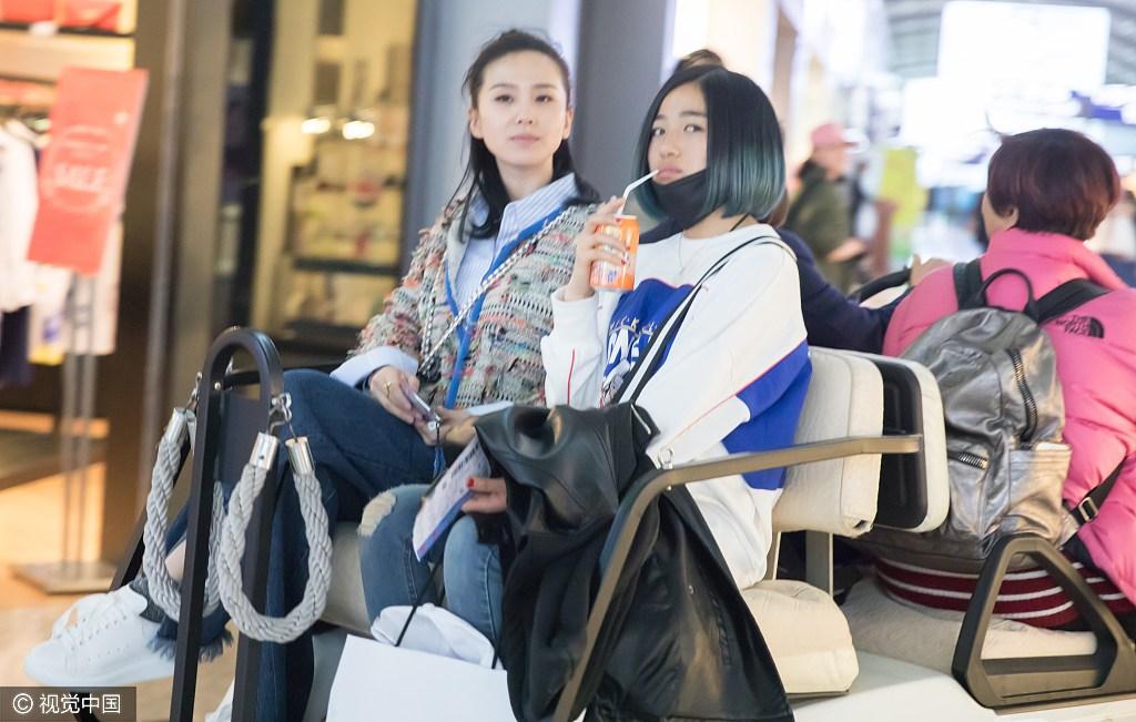接地气!刘诗诗打扮新潮 与助理坐摆渡车[2]
