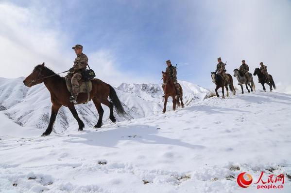 新疆边防连跨越积雪险峰 维护边境安全