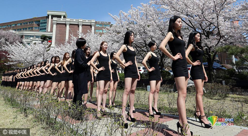 韩国模特女学生走秀气场强大 樱花树下秀身材__中国