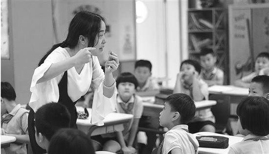 上图、下图:杭州新世纪外国语学校的孩子们正在上课。   在数量上已占据民办小学半壁江山的双语学校,现在显然成了大家选择民办时,绕不开的一个选项。也就是说,今后读民办,一定要认识这个热门词:双语。   什么样的学校才算是双语学校?   为什么突然之间,双语学校在杭州遍地开花?   读双语学校的孩子,都是打算出国留学的吗?      对于这些今年杭州家长最关心的问题,钱报记者本周做了一次小调查。   什么才是双语学校   最近一段时间,杭州各所双语学校的招生宣讲会,几乎场场爆满。准小学新生的爸妈们参与热情