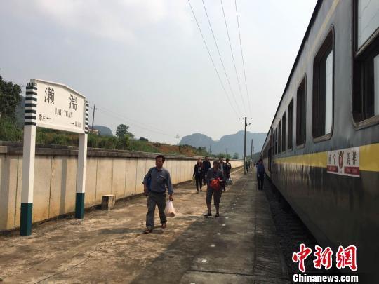 列车停靠在一个南宁至凭祥间的小站. 刘劲杰 摄-通讯 高铁时代运载图片