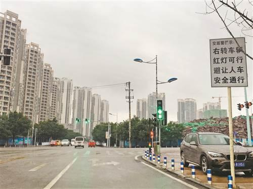 大学城至德路红绿灯指示不清 车辆右转不知该不该等红绿灯
