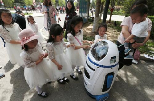 孩子们被机器人小胖的舞蹈和萌萌的声音吸引-进化者机器人家族亮相