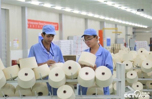 图为纺织产业园一期六万锭纺织一车间包装工序.