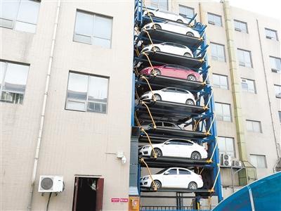 这座大型钢结构立体停车楼地下一层,地上九层,车道为螺旋式的连续
