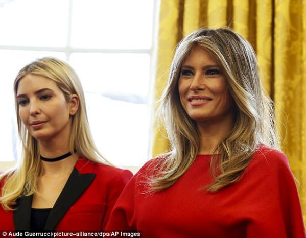 2017年2月, 梅拉尼娅(右)与伊万卡(左)在白宫总统办公室.