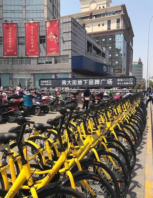 4月28日夜,未经批准在南通市区南大街投放的共享单车严重挤占人行道.