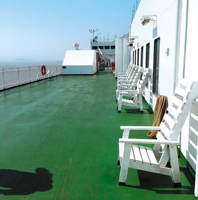 图为轮船甲板.图片来源于人民日报海外版.