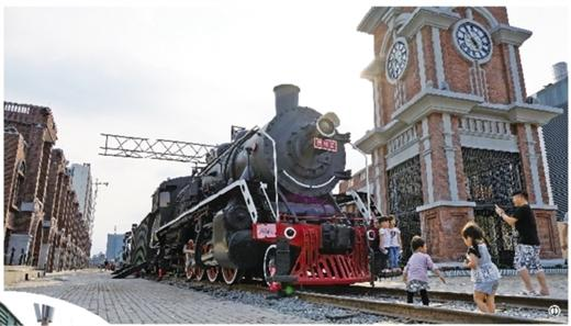 ①民国风情浓郁的老式火车和仿欧式钟楼等建筑.图片