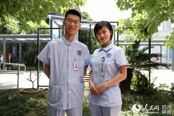 医院新护士服展示。(朱虹 摄)   人民网成都5月12日电 (朱虹)今日是第106个国际护士节,最美丽的人当属那些白衣天使们。在这样一个特殊的日子,成都市第三人民医院的全体护士换上了新的护士装,伴随他们90年的护士帽也正式退役,从此他们只需要将头发盘成发髻佩戴发网即可。   新的服饰要求,主要是基于医学科学的不断发展,临床对护士的护理要求越来越高。过去的燕尾护士帽越来越不适应现代医学要求,且容易脱落、材料坚硬、难以清洗,观赏性高但实用性不足。成都市第三人民医院重症监护室护士长马轶告诉记者,脱
