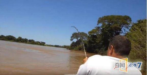 男子跟朋友河中钓鱼,竟钓上