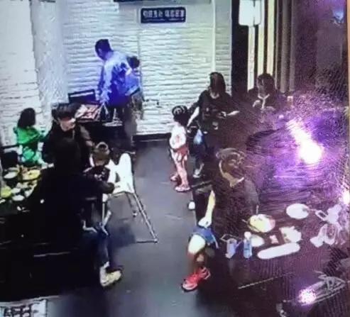女童饭店叫喊被踹