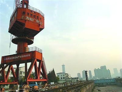 上海船厂荒废的塔吊.