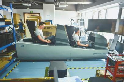 成都造飞机模拟器__中国青年网