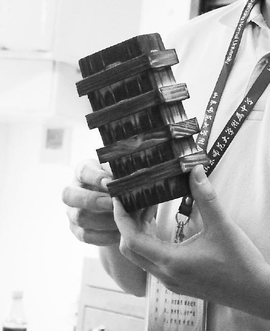 这就是山师附中考试所用的魔盒。 本报记者 周青先 摄   5月20日、21日,省城多所推荐生试点高中进行推荐生选拔测试。继往年的做笔筒、拆鲁班锁、保卫鸡蛋等题目外,今年山师附中再现神题:打开魔盒,找到彩色卡纸完成郁金香和纸鹤的手工折纸任务,再将魔盒还原。同日,省实验中学的面试则结合了当前热点,如一带一路、济南创城,《朗读者》《中国诗词大会》电视节目等成考查内容。   本报记者 李飞 郭立伟   实习生 冯沛然   在山师附中推荐生考试现场,报名的463人有53人进入了21日的面试环节。面试