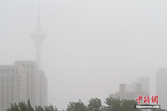 """资料图为天津地标建筑之一的""""天塔""""在沙尘中若隐若现."""