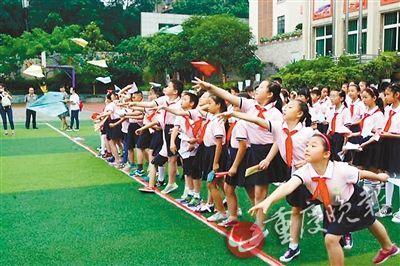 小学生折纸飞机飞17.4米