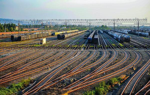 亚洲最大新丰编组站繁忙的铁路运输线.