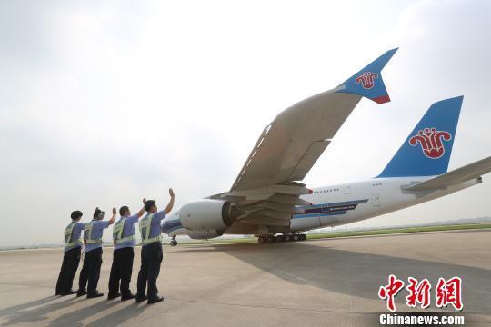 期间飞机机身用千斤顶顶起,客舱,货舱,机翼,机身等各区域的盖板全部