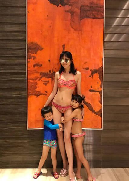 陈浩民娇妻秀身材 生四个娃身材依旧火辣