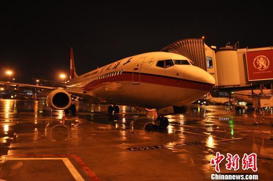 延误飞机回到机场. 吕俊明 摄