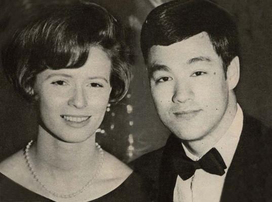 李小龙和妻子_李小龙妻子72仍优雅,女儿变成女强人(图)_新闻频道_中国青年网