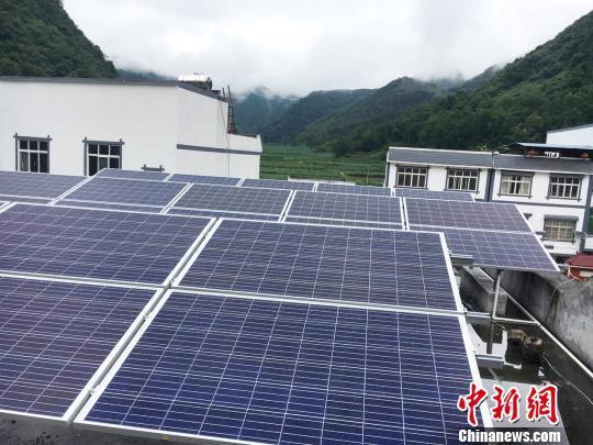 在太阳能资源充足的贫困地区,安装规模为10千瓦-50千瓦/套的光伏电站