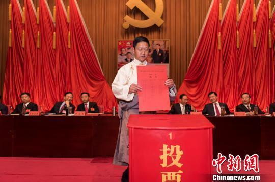 图为6月27日,中国共产党西藏自治区代表会议现场。 何蓬磊 摄   中新网拉萨6月27日电 (何蓬磊)27日,中国共产党西藏自治区代表会议在拉萨召开。   会议选举产生了西藏自治区出席中国共产党第十九次全国代表大会的代表29名。  图为6月27日,会议现场少数民族代表认真填写选票。 何蓬磊 摄   据了解,目前西藏全区共有1.
