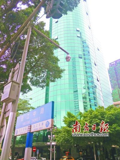 6月30日,记者在天河区天河北路一带看到,玻璃幕墙应用在高楼大厦上