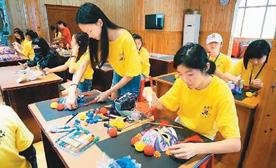 阿联酋三国的52名华裔青少年在桂林市少年宫学习传统扇艺制作和京剧图片