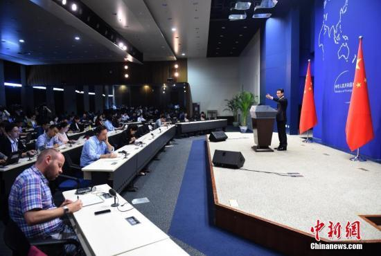外交部发布会_资料图片,中国外交部新闻发言人耿爽主持例行发布会.