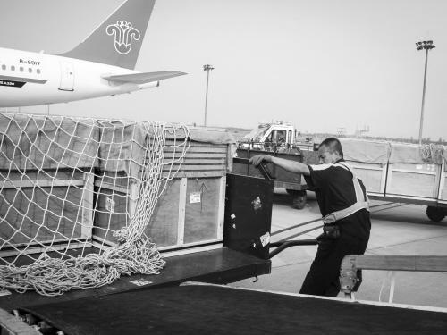 送上飞机前,货运工作人员还对飞机有氧货舱的供氧量,温度进行了反复