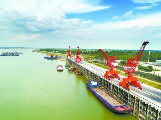 常德 码头 德山 千吨/7月20日,常德德山港区千吨级码头,起重机在吊装货物。