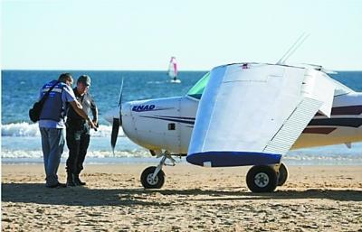 飞机迫降海滩 造成两人丧生_新闻频道_中国青年网
