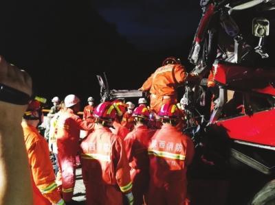 京昆高速陕西安康段发生大客车碰撞隧道