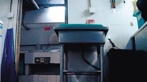 内幕一:老鼠在后厨到处留痕   今年5月初,记者通过面试和入职培训