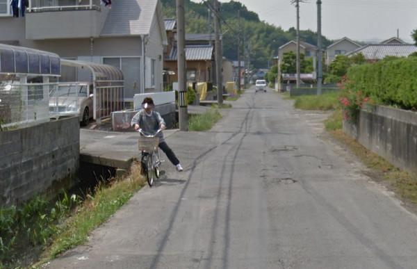 日本大妈骑车摔落水沟_被谷歌街景完整记录