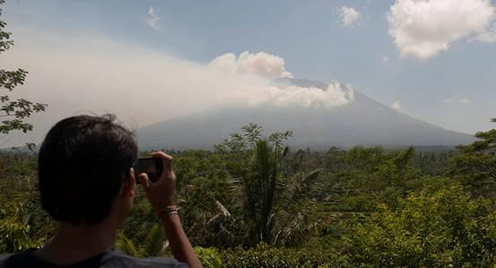 印度尼西亚国家抗灾署22日将巴厘岛上阿贡火山的警戒级别提升至最高等级,表示这座火山可能即将爆发。俄罗斯卫星网9月25日报道称,印度尼西亚巴厘岛的阿贡火山从8月起一直隆隆作响,距离旅游胜地库塔约50英里,这是50多年来的第一次。   阿贡火山上一次爆发于1963年,导致了1000多人死亡。由于担心火山即将爆发,超过3.