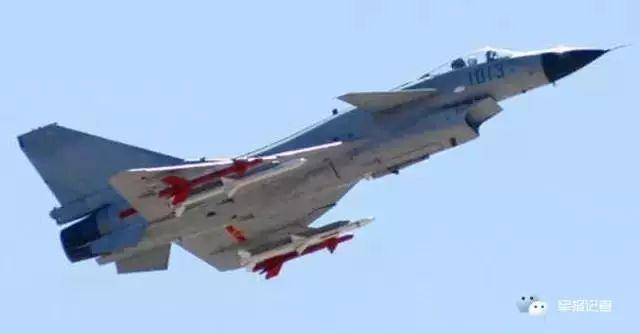 35周年国庆阅兵式上,中国空军飞行员驾驶94架歼7Ⅱ,强5,歼教5,轰6飞机